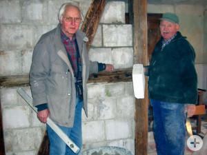 Fridolin Klumpp und Oskar Oberle bei der Renovierung des Gebäudes